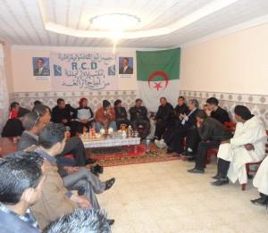 Le Dr BESBAS avec les militans de Hassi Bahbah